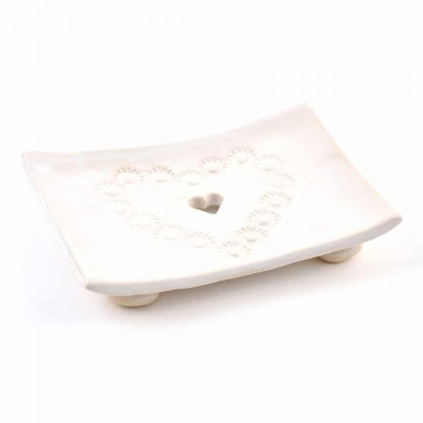 musk dekoracna keramicka mydelnicka s bielym srdieckom prirodno